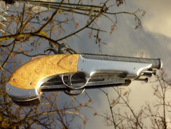 pistolet a poudre noir avec couteau intégré