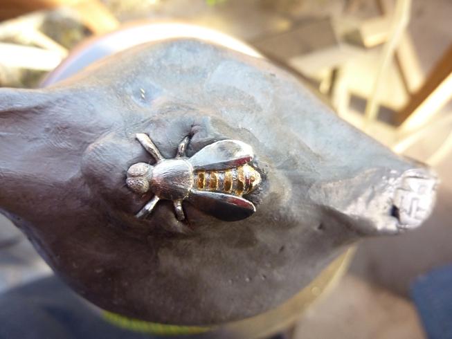 gravure au burin, abeille sculpté dans la masse pour monter sur un laguiole